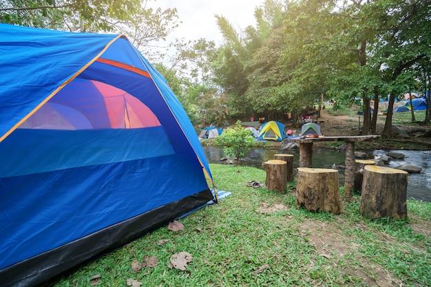 Zelte sind für die menschen eingerichtet, um zu bleiben und sich zu entspannen.