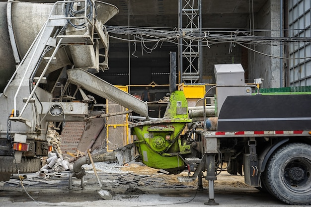 Zement wird vom fahrmischer in den mörtelvorratstank entladen.