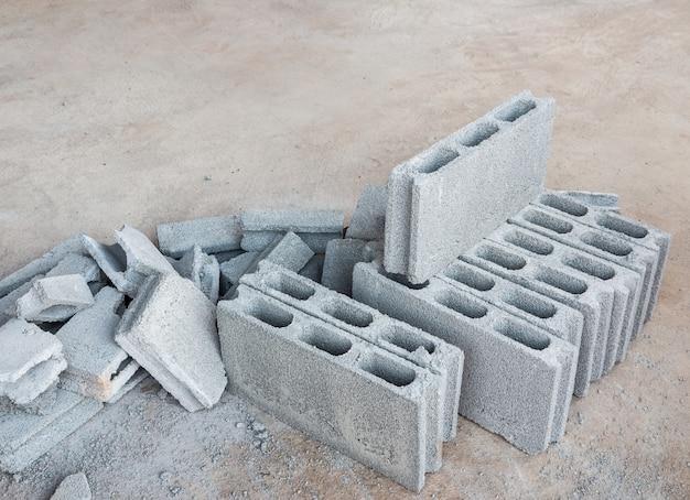 Zementblockhaufen.