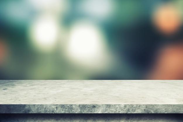 Zementregaltisch mit unschärfe-bokeh-hintergründen für anzeigeprodukte