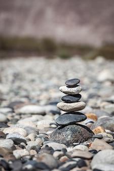 Zen ausgeglichene steine stapeln gleichgewicht friedensstillekonzept