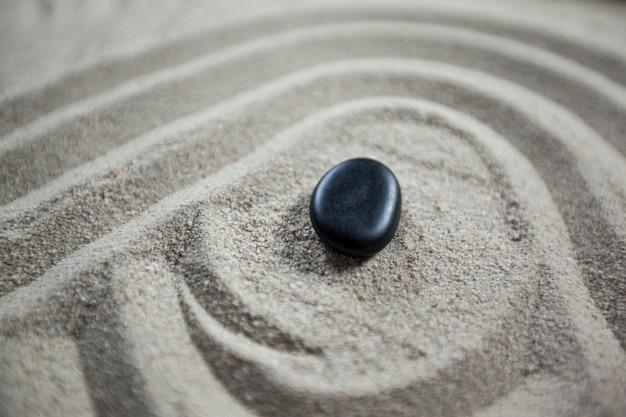 Zen-garten mit geharkt sand und stein