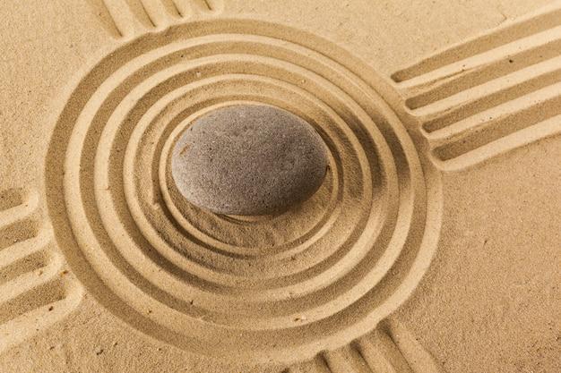Zen-garten mit stein zur meditation