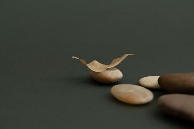 Zen-steine auf grünem hintergrund im gesundheits- und wellnesskonzept gestapelt
