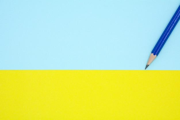 Zensieren sie auf blauem und gelbem papier - hintergrund