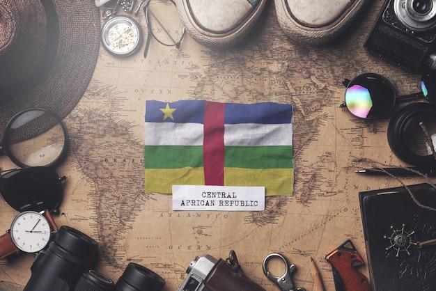 Zentralafrikanische republik-flagge zwischen dem zubehör des reisenden auf alter weinlese-karte. obenliegender schuss