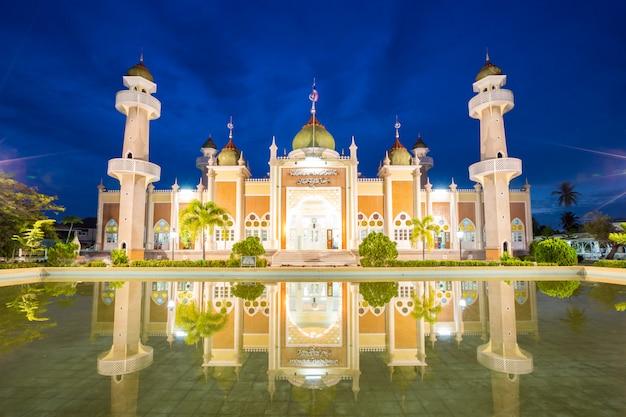 Zentrale pattani-moschee mit reflexion