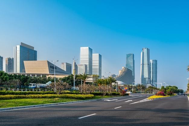 Zentrales geschäftsviertel, straßen und wolkenkratzer, xiamen, china.