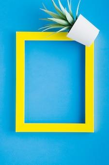 Zentrierter gelber rahmen mit blauem hintergrund