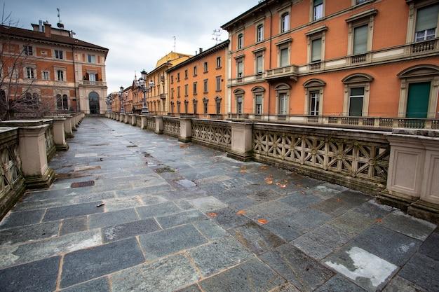 Zentrum der italienischen stadt bologna. blick auf die alten gebäude