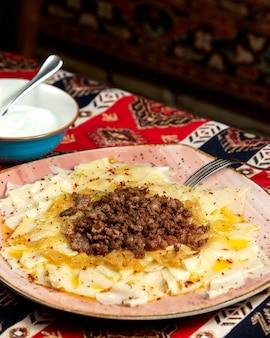 Ð ° zerbaijani khinkali mit fleischsoße und gebratenen zwiebeln