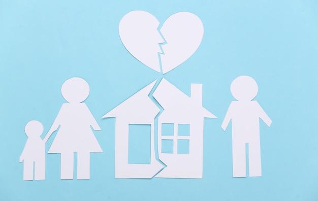 Zerbrochene familie, scheidung. eigentumsteilung. gespaltene papierfamilie, haus, gebrochenes herz auf blau