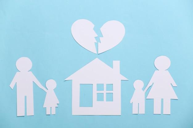 Zerbrochene familie, scheidung. eigentumsteilung. gespaltene papierfamilie, haus, herz auf blau