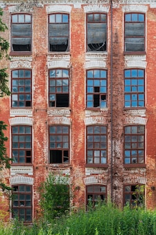Zerbrochene fenster eines alten roten backsteingebäudes
