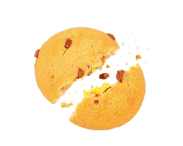 Zerbrochene kekse im flug auf weißem hintergrund