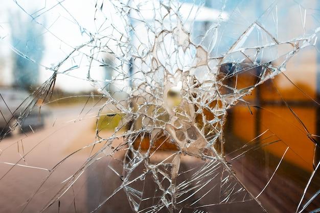 Zerbrochenes außenfenster