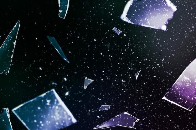 Zerbrochenes glas im weltraumhintergrund mit designraum