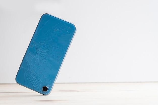 Zerbrochenes smartphone aus glas