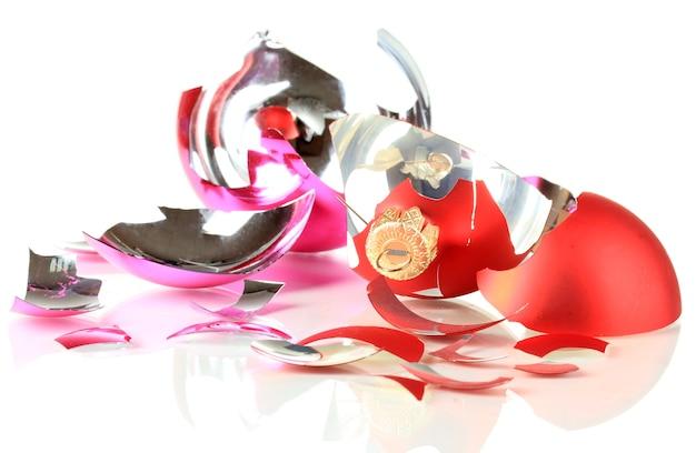 Zerbrochenes weihnachtsspielzeug isoliert auf weiß