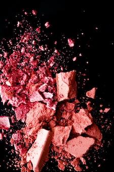 Zerkleinerte kosmetik mineral organischer lidschatten rouge und kosmetisches puder einzeln auf schwarzem oberflächen-make-up und beauty-banner-flatlay-designlay