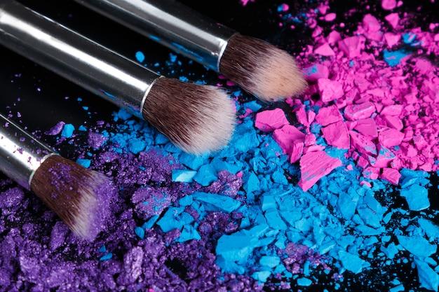Zerkleinerte lidschatten und make-up-pinsel
