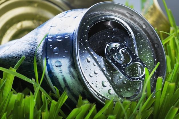 Zerknitterte aluminiumdose auf einem grünen gras