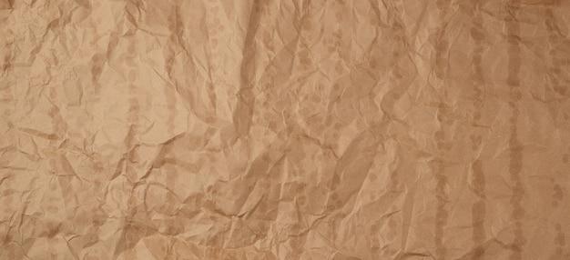 Zerknitterte braune kraftpapierbeschaffenheit mit mutigen stellen