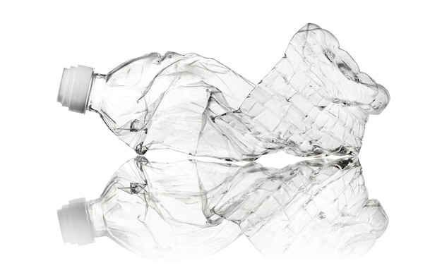 Zerknitterte gebrauchte transparente plastikflasche isoliert auf weißem hintergrund