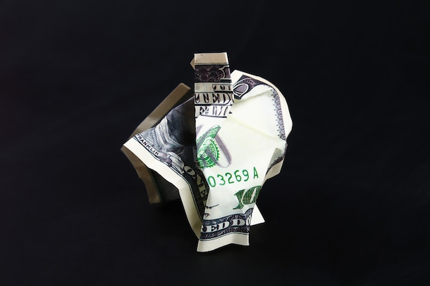 Zerknitterte hundert us-dollar. der zusammenbruch des dollars. abwertung. fallende währung.
