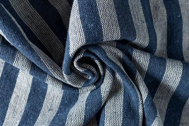 Zerknitterte leinenstoff textur. faltiges textil. blaue und graue streifen.