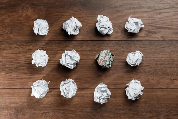 Zerknitterte papiere auf dem tisch