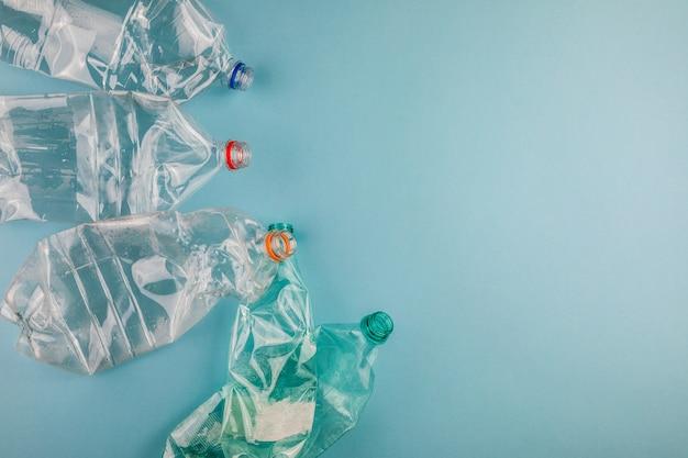 Zerknitterte plastikflaschen. plastikmüll.