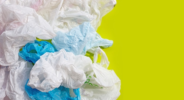 Zerknitterte plastiktüten auf grüner oberfläche
