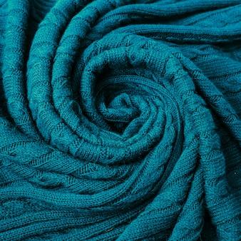 Zerknitterte strickdecke. weicher und warmer stoff in falten.