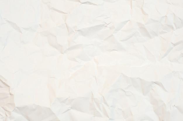 Zerknitterte weiße papierstruktur. weißer hintergrund