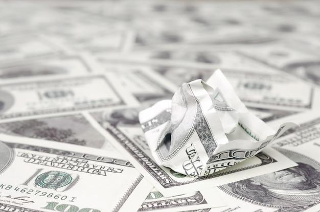 Zerknitterter dollarschein der vereinigten staaten liegt auf dem satz von glatten geldscheinen