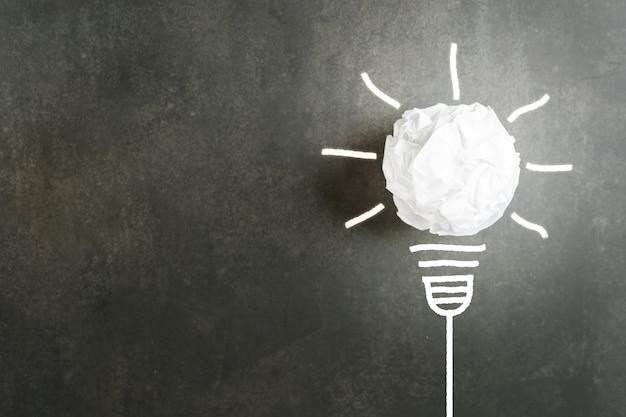 Zerknitterter klumpen weißes papier wie eine glühbirne weißer schein mit illustration