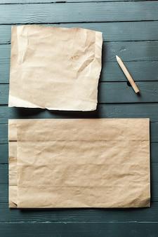 Zerknittertes blatt papier und bleistift