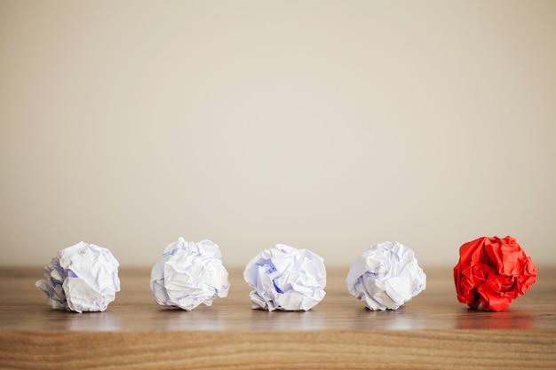 Zerknittertes buntes papier auf holztisch, kopienraum