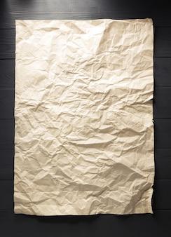 Zerknittertes papier am hölzernen hintergrund