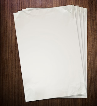 Zerknittertes papier auf alter hölzerner beschaffenheit