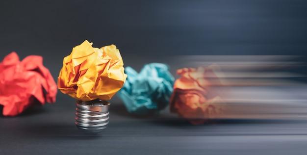 Zerknittertes papier glühbirne und zerknittertes papier