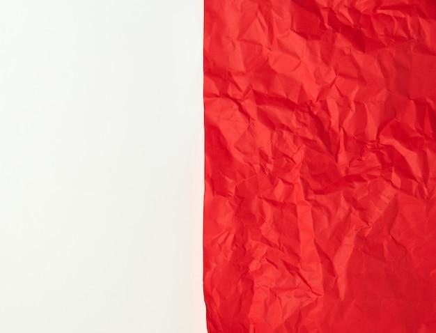 Zerknittertes rotes papier auf einem weißen hintergrund