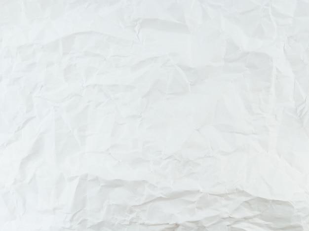 Zerknittertes strukturiertes weißes papierblatt mit leerem raum.
