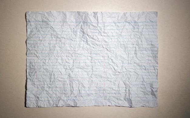Zerknittertes weißes notizpapier, leere notiz zerknittertes papier, vollformatige weiße notiz