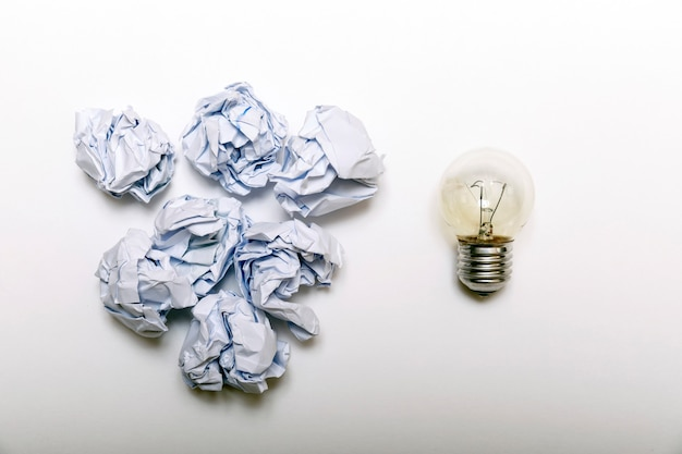Zerknittertes weißes papier und glühlampenmetapher für gute idee