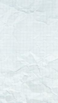 Zerknittertes weißes schnittpapierblatt, das mit leerem raum strukturiert ist.