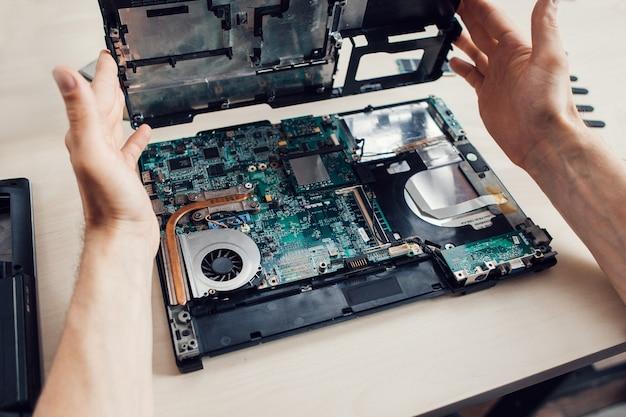 Zerlegen des laptops. reparaturwerkstatt.