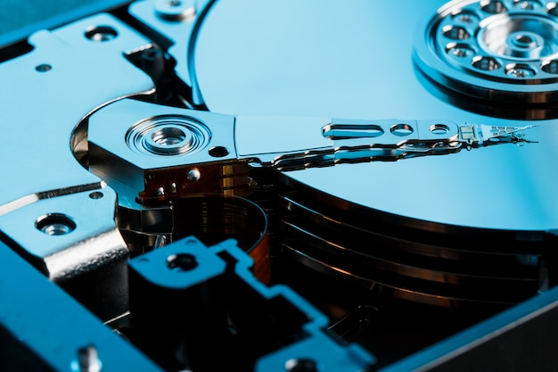 Zerlegte festplatte vom computer, festplatte mit spiegeleffekt