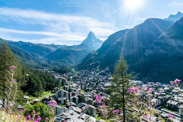 Zermatt-dorf mit matterhorn-hintergrund